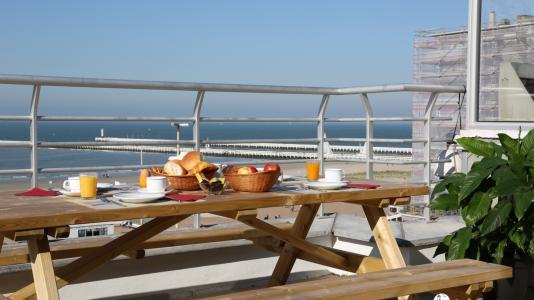 Ontbijten op het terras met zicht op zee